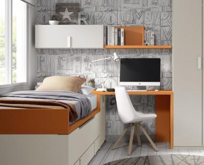 Schreibtisch mit Wandregalen und Seitentruhe