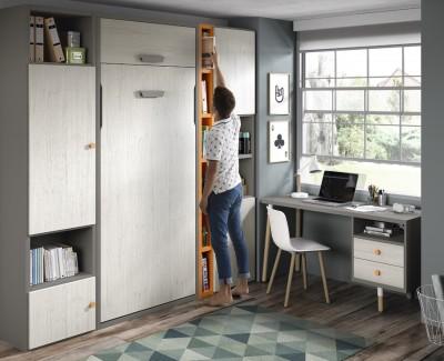 Schlafzimmer bestehend aus Klappbett, Schreibtisch und Regalen