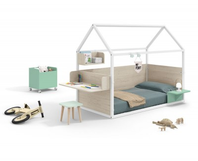 Kinderzimmer bestehend aus beplanktem Kinderhaus mit Schreibtisch