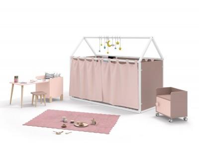 Kinderzimmer bestehend aus beplanktem Kinderhaus mit Gardinen und Schreibtisch