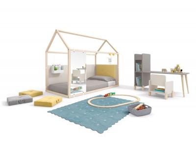 Beplanktes Kinderhaus mit Spiegel, Korb und Kopfbett
